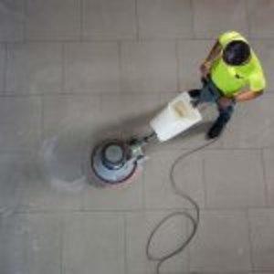 Pulire il pavimento con utensili professionali