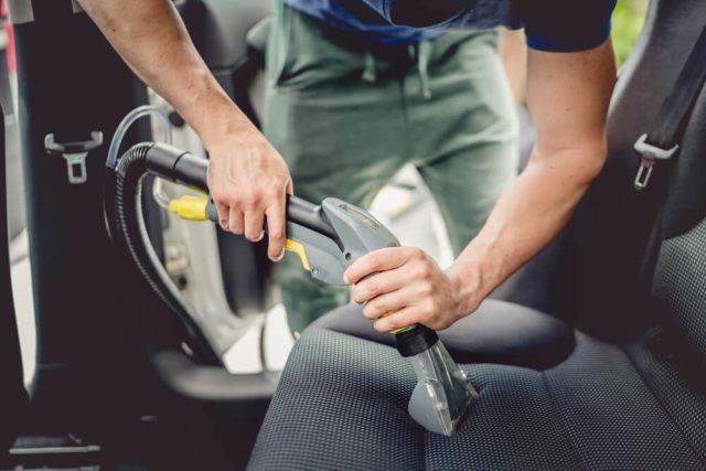 Come pulire gli interni dell'auto a fondo?
